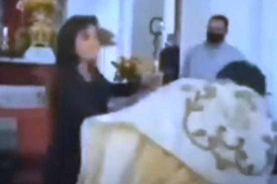 Mujer golpea a un sacerdote en plena misa