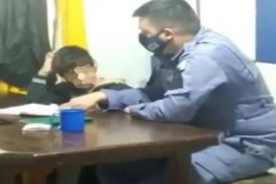 Harta de que su hijo no hiciera la tarea, lo llevó a la comisaría
