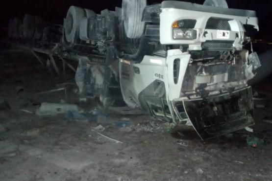 Volcó un camión en la Ruta Nacional N°3 y el conductor fue hospitalizado