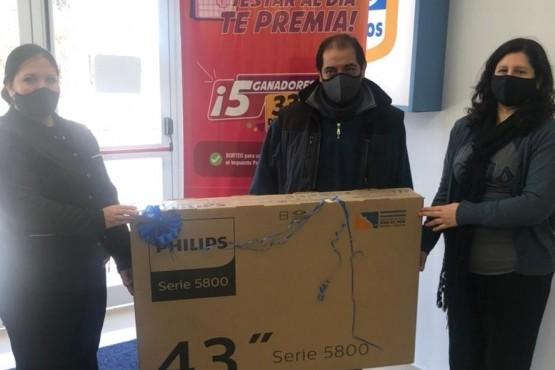 """Continúa la entrega de premios a los ganadores de """"Estar al día te Premia"""" de Río Gallegos"""