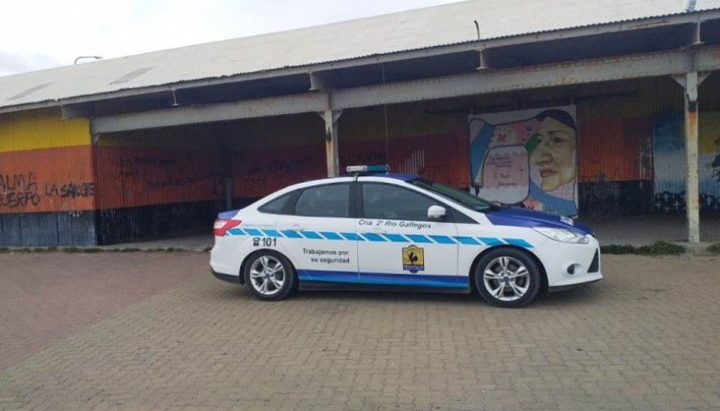Policía en el galpón costero (Foto: C.Robledo).