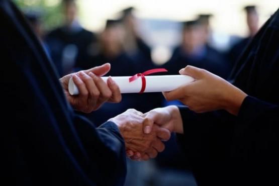 Asistió a un curso ultrakirchnerista sobre economía y recibió un escandaloso diploma