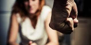 Su pareja se tornó agresivo y comenzó a insultarla y amenazarla.