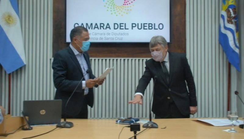 Eugenio Quiroga tomando juramento a Gabriel Oliva.