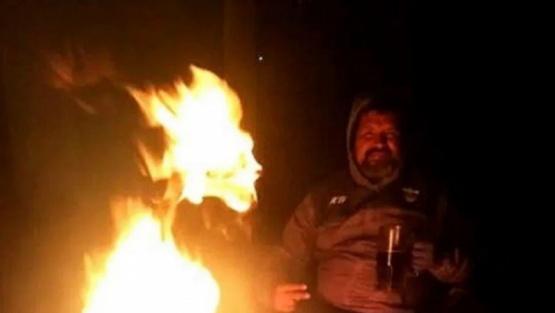 Tomaban vino alrededor de una fogata y vieron al diablo entre las llamas