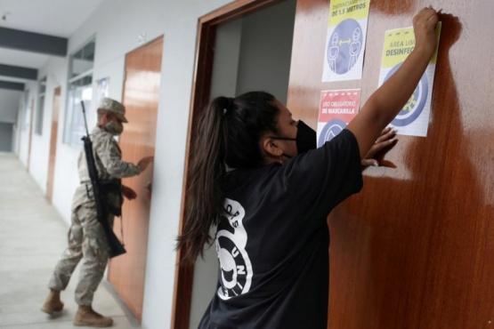 Perú elige presidente y tres candidatos no podrán votar por estar contagiados de coronavirus