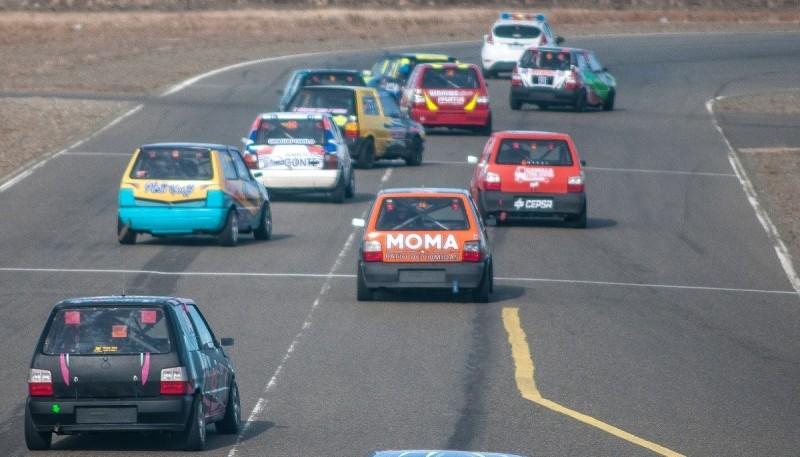 Los autos en competencia desde el puente del autódromo.