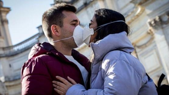 El 76% de los argentinos dejó de saludarse con un beso por temor al coronavirus