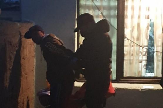 Policía deteniendo al causante del robo.