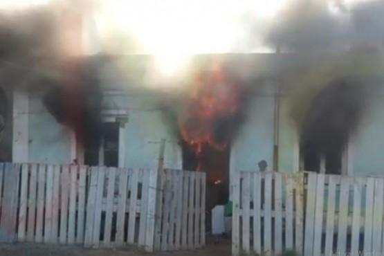 Las llamas consumen la casa.