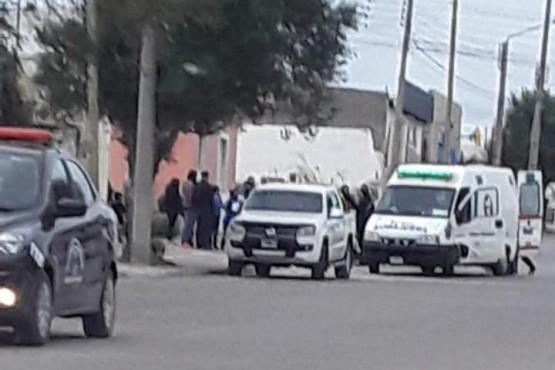 Policía trabajando en el lugar.