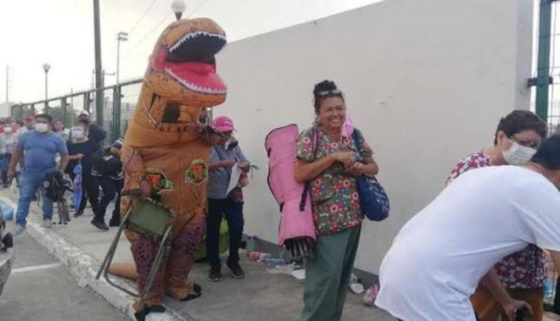 Acompañó a su mamá a vacunarse contra el coronavirus disfrazado de dinosaurio