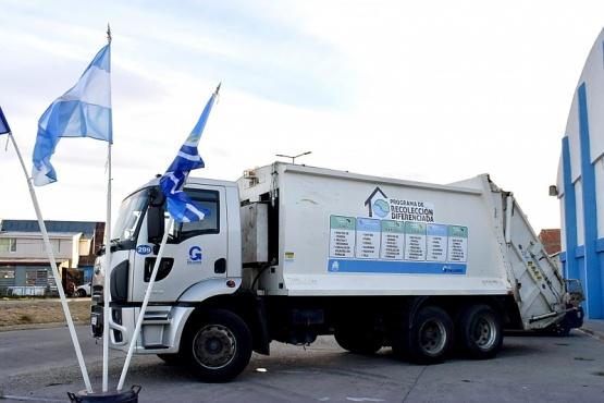 Camión recolector con cronograma informativo.
