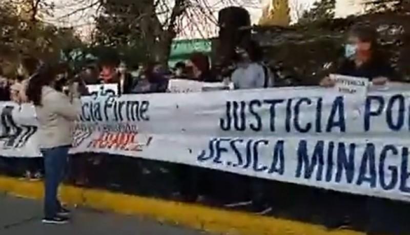 En la marcha estuvieron presentes familiares, amigos, allegados y compañeros de Jésica donde con pancartas y carteles salieron a pedir justicia por el primer aniversario del crimen