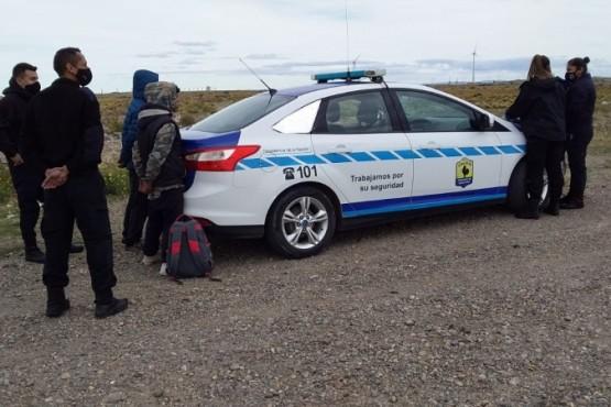 Policía junto a los detenidos.
