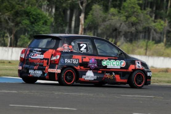 Entre los más de 40 autos que giraron el primer día, lo hicieron el Toyota Etios de Thiago Martínez