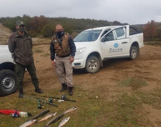 Le sacaron las truchas y cañas a grupo que pescaba de forma ilegal