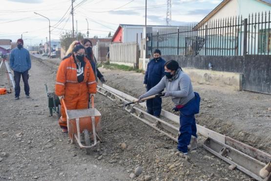 Derribando prejuicios: mujeres construyen cordón cuneta en el barrio Evita de Río Gallegos