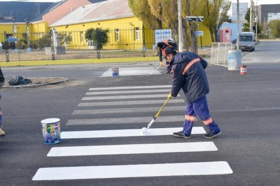 Trabajos de señalización horizontal en la Avenida San Martín de Río Gallegos