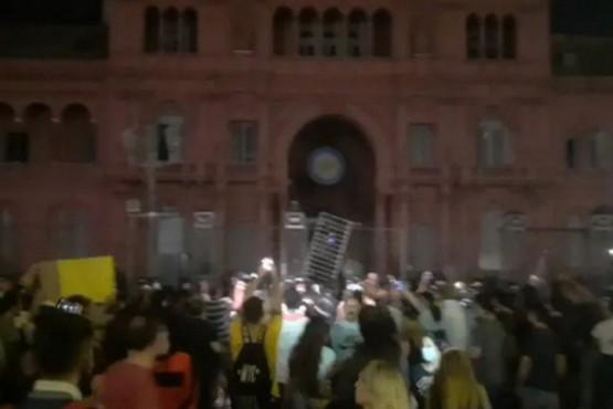 Manifestantes se enfrentaron a la policía frente a la Casa Rosada en la marcha por el 17A