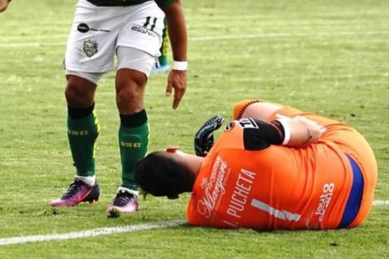 La insólita expulsión a un arquero argentino por orinar en la cancha durante un partido en Ecuador