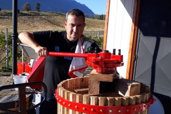 Gobierno Provincial acompaña a productores vitivinícolas en la elaboración de vino blanco