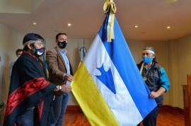 Histórico: Municipio incorporó la bandera de los Pueblos Originarios