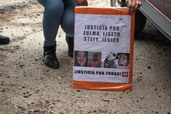 La docente colocó el cartel de pedido de Justicia detrás del casquillo