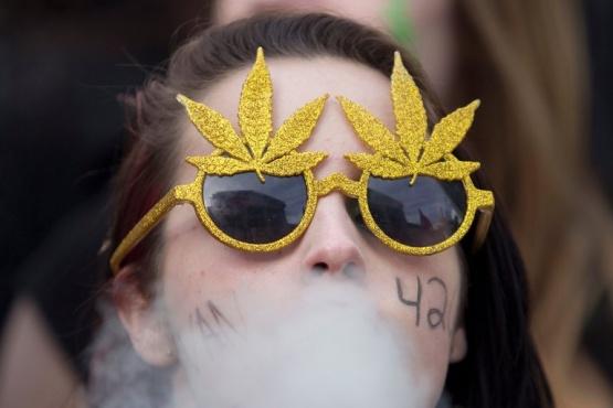 La historia del 420: el número que se transformó en el código secreto de la marihuana
