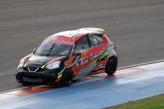 El Nissan March de Mateo Núñez voló y llegó a meterse entre los diez primeros.