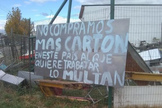 Armó un proyecto y reciclaba cartón en un predio: el Municipio lo multó por 25 mil pesos
