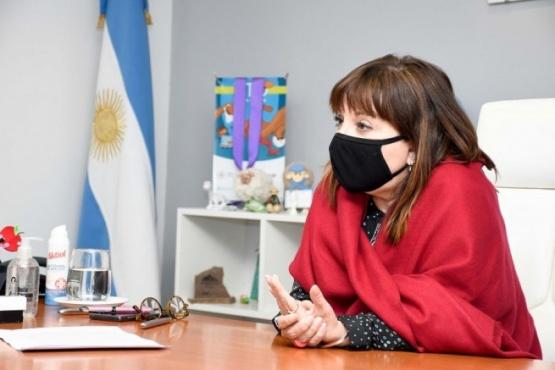 María Cecilia Velázquez en la firma de los contratos.