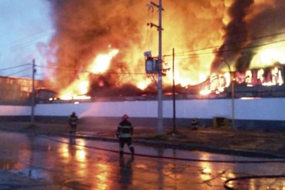 Incendio de grandes dimensiones consumió una fábrica textil en Río Grande