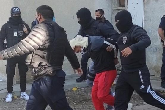 Autoridades llevando a los detenidos.