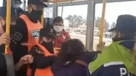 La policía la bajó del colectivo por no tener permiso para ir a trabajar