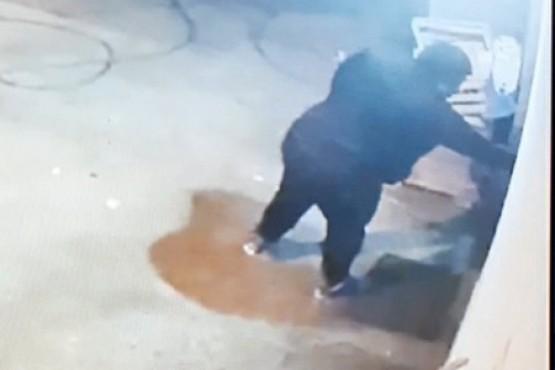 Ladrón capturado en cámaras de vigilancia