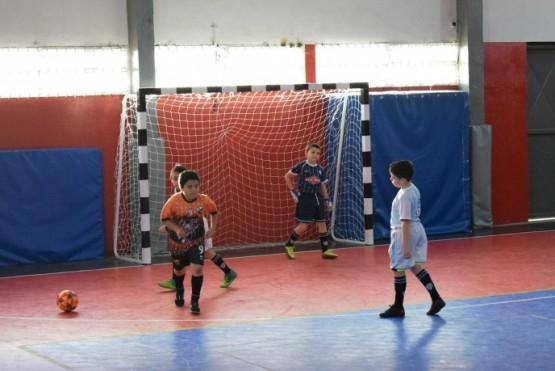 Los chicos disfrutan jugando a la pelota en Río Gallegos.