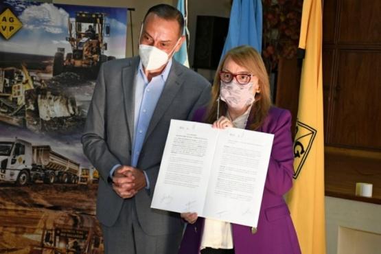 Alicia en la firma del convenio con Vialidad Nacional.
