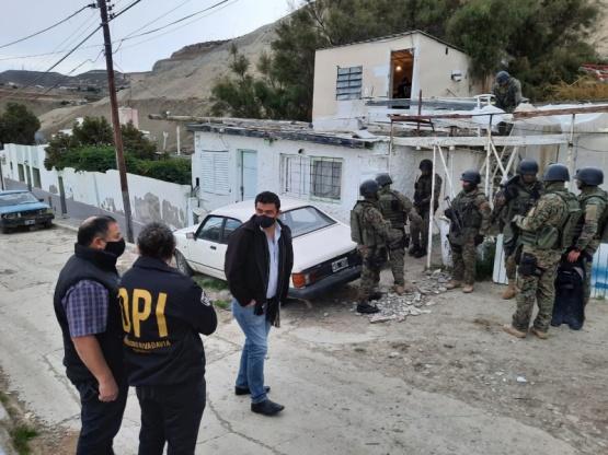 En allanamiento secuestran marihuana y armas de fuego