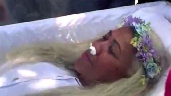 Fingió su propia muerte para saber como la despedían