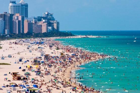 Miami convoca a vacunarse contra el COVID-19 en la playa