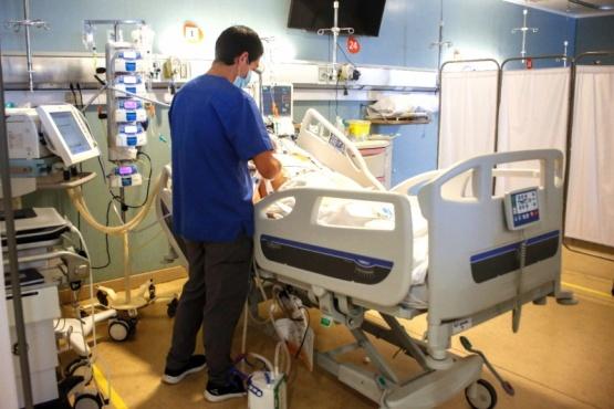 Personas internadas con COVID-19 representan el 22% del total de hospitalizaciones de la región.
