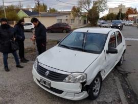 Fuerte choque: uno de los autos terminó en la vereda