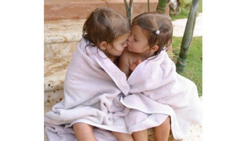 Las gemelas de Julio Iglesias cumplieron 20 años y lo celebraron con un beso en la boca