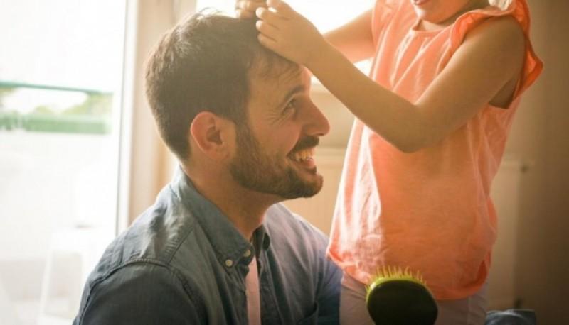 Se cortó el pelo para imitar la cicatriz que le quedó a su hija en la cabeza tras una cirugía