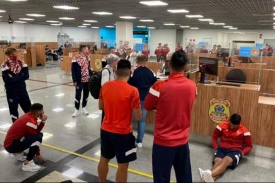 Escándalo: Por casos de COVID quedaron varados los jugadores de Independiente en aeropuerto de Brasil