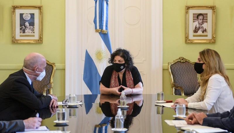 Carla Vizzotti, y Cecilia Nicolini junto al embajador británico.
