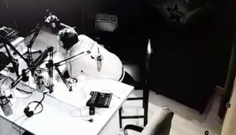 Ladrón llevándose la computadora