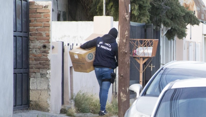 Los policías incautaron elementos informáticos en ambos allanamientos.