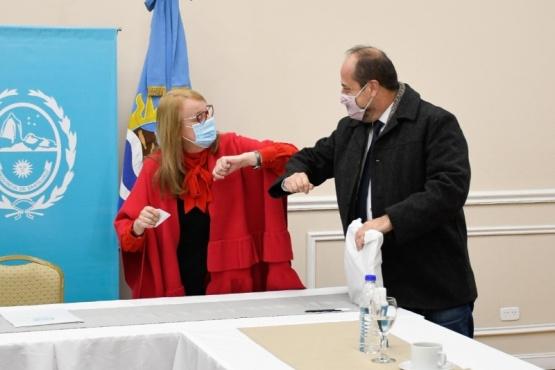 Alicia Kirchner se saluda con Eduardo Villalba